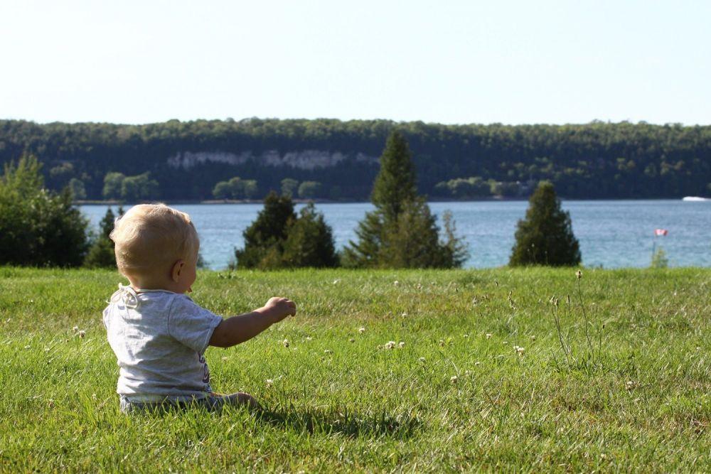 Bambino al Lago Hurion, uno dei Grandi Laghi del Canada al confine con gli Stati Uniti
