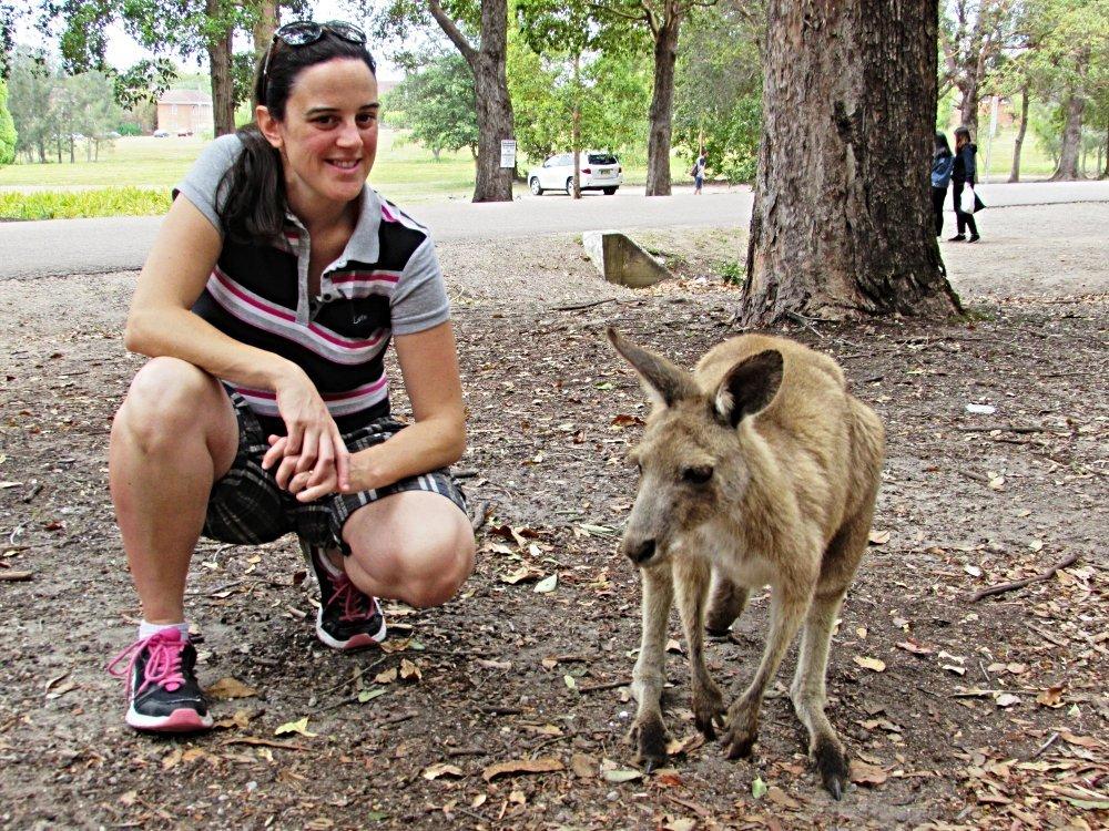 Claudia Arici in Australia con un canguro