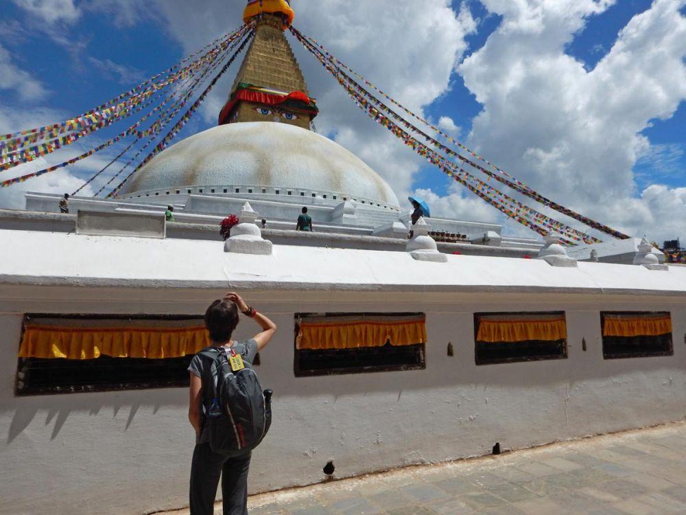 Elisa Malisan di Elimeli in Nepal, davanti allo Stupa di Boudhanath