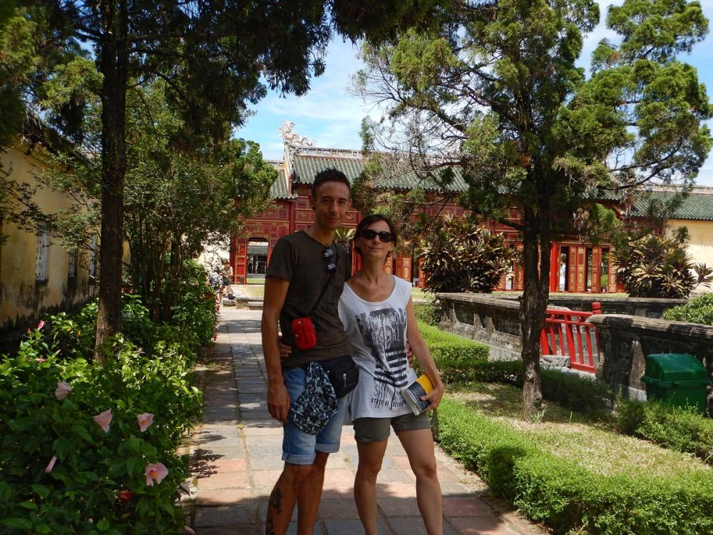Elisa di Elimeli con il suo compagno di avventure Luca, nella Cittadella di Hue in Vietnam