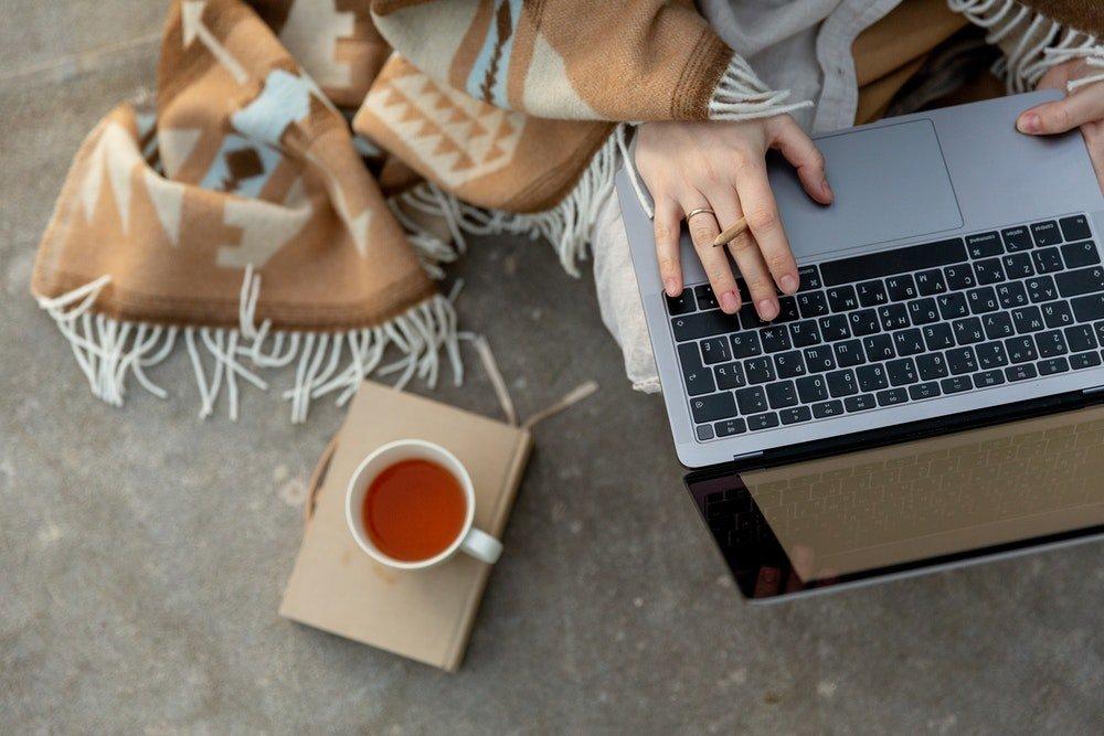 Ragazza al computer, foto Tatiana Syrikova
