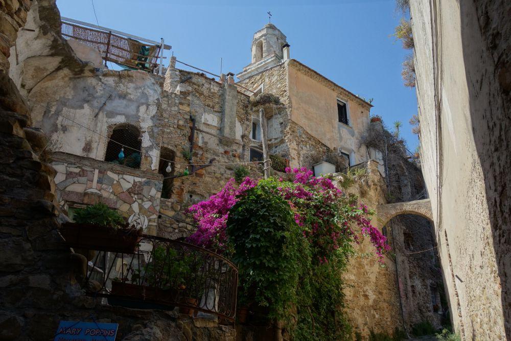 Uno scorcio di Bussana Vecchia, borgo ligure abbandonato