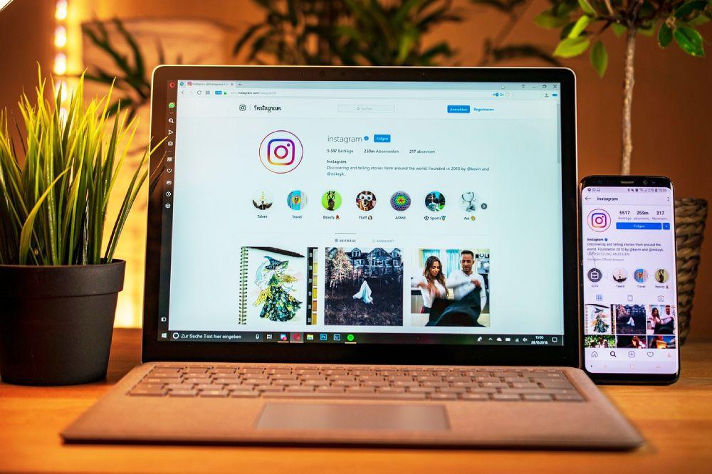 Computer e cellulare con Instagram, foto Annalisa Spinosa di Tre Valigie