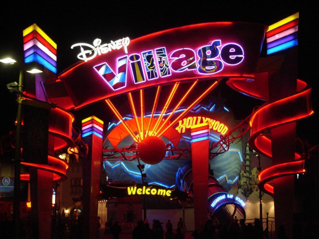Luci colorate ingresso Disney Village