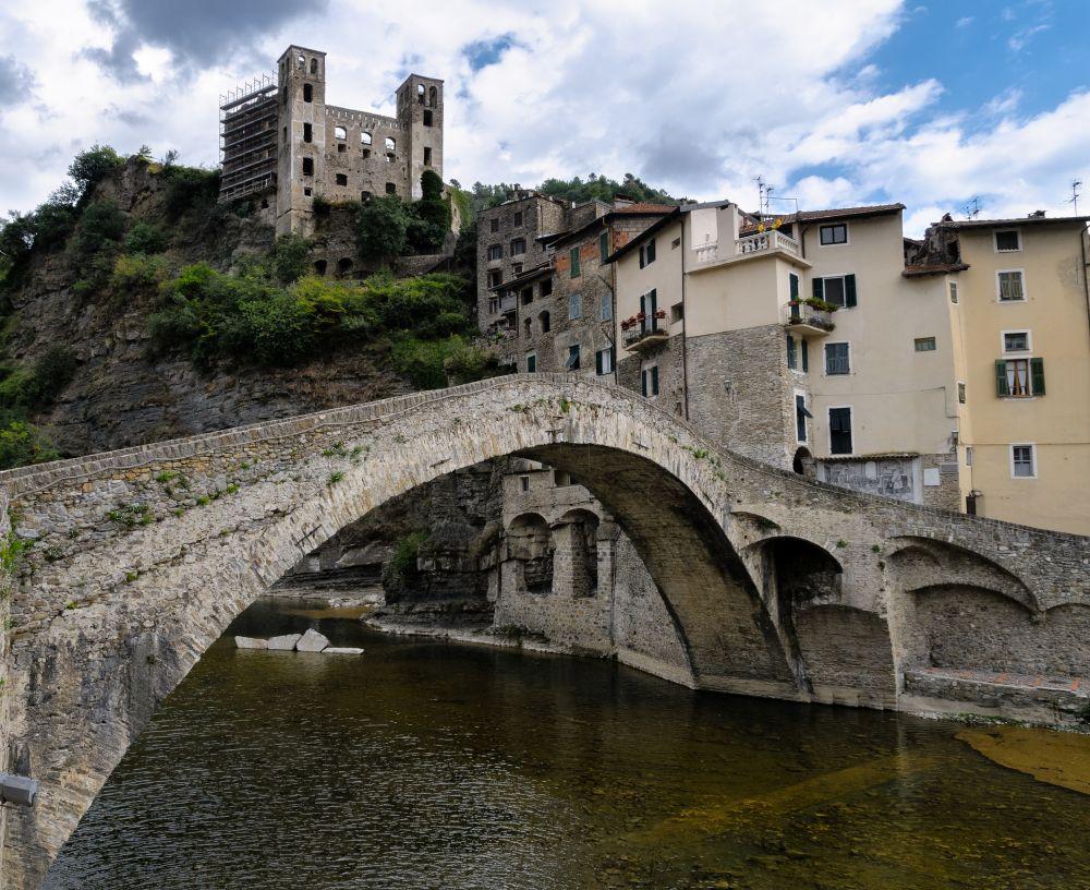 Scorcio del borgo ligure di Dolceacqua con vista sul Castello