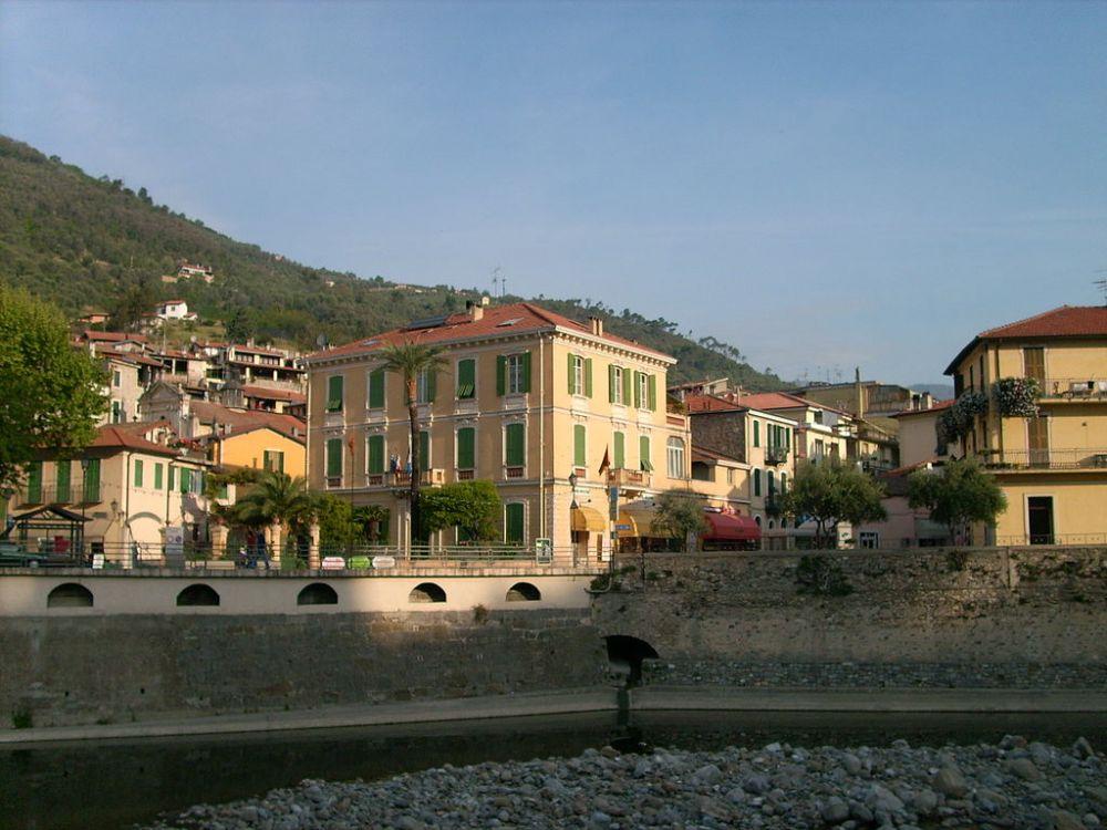 Vista sul borgo ligure di Dolceacqua, foto Davide Papalini