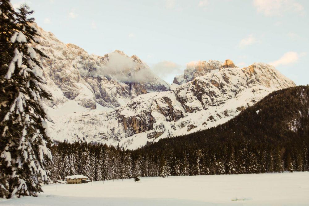 Paesaggio montano con neve