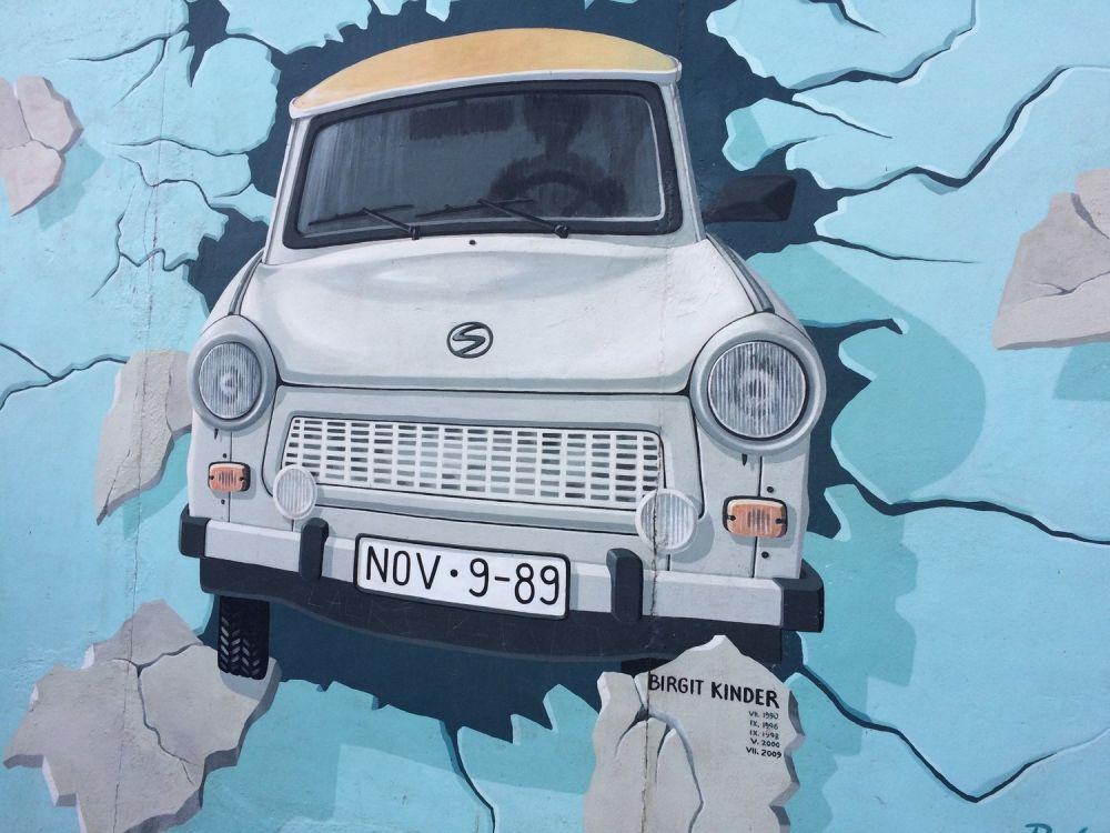 Murales di un'auto a Berlino