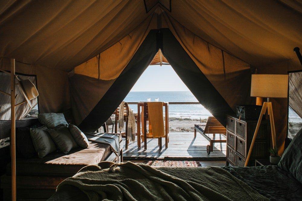 Sistemazione in tenda in un glamping fronte mare, foto Rachel Claire