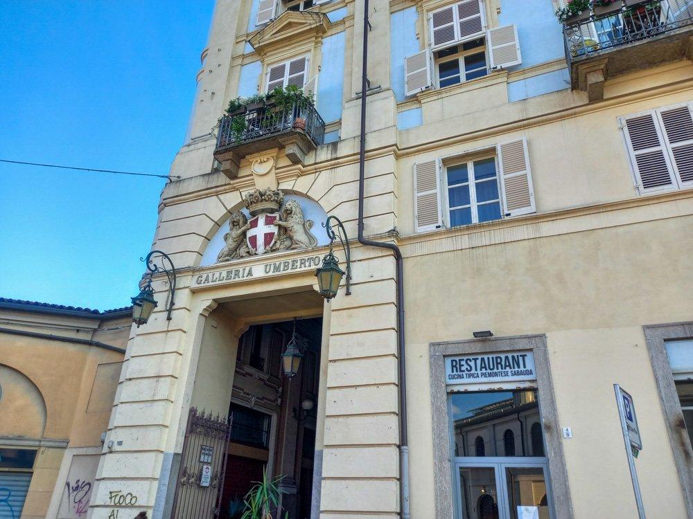 L'ingresso della Galleria Umberto I a Torino con l'insegna del ristorante Goustò