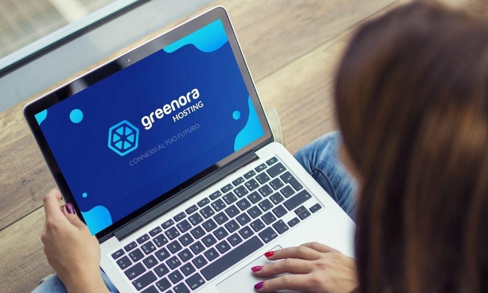 Computer con banner Greenora Hosting