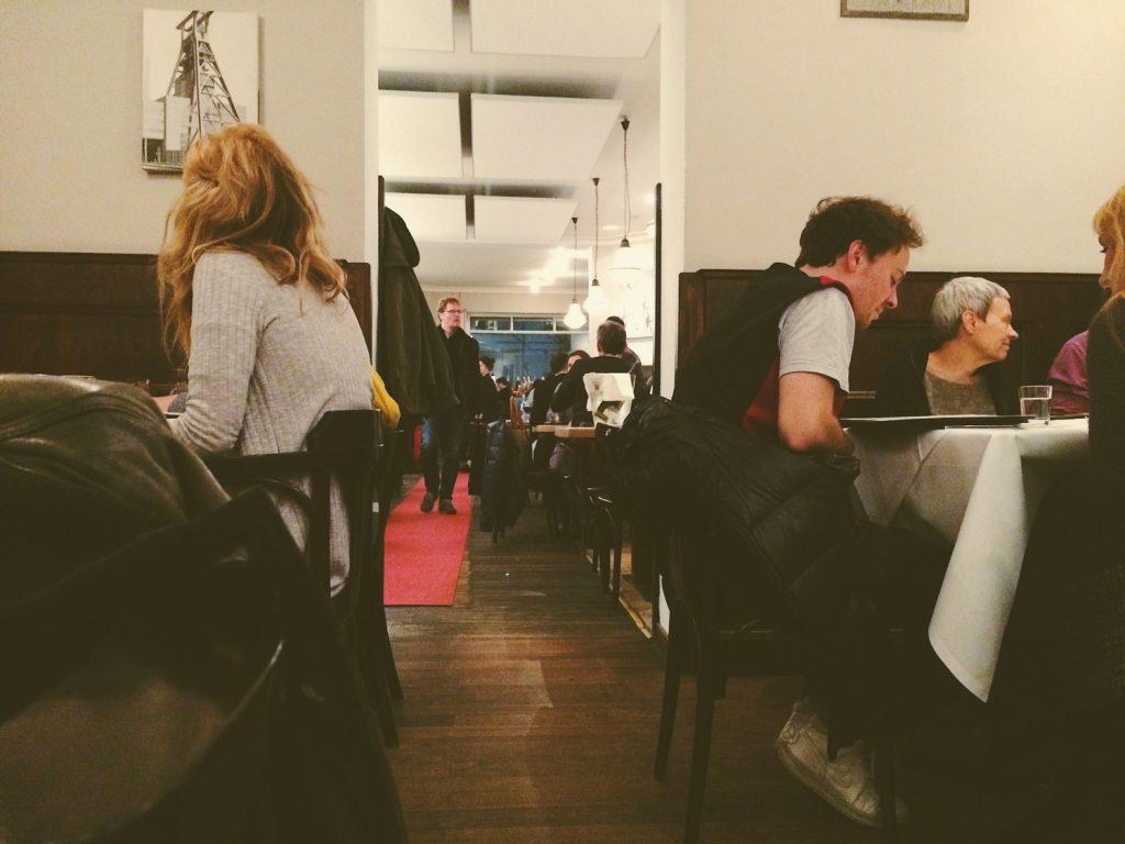 persone che mangiano ai tavoli in un ristorante