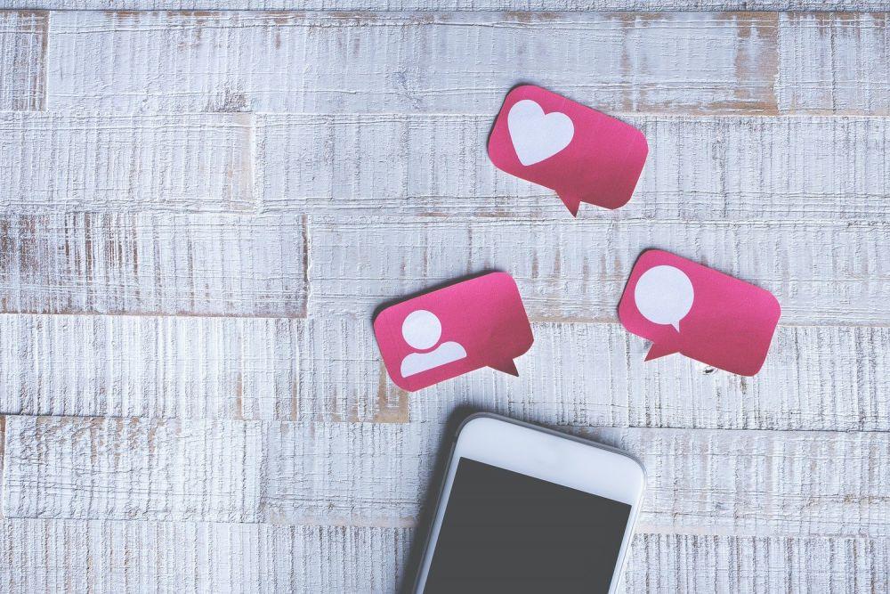Smartphone con like e commenti, foto Cristian Dina da Pexels