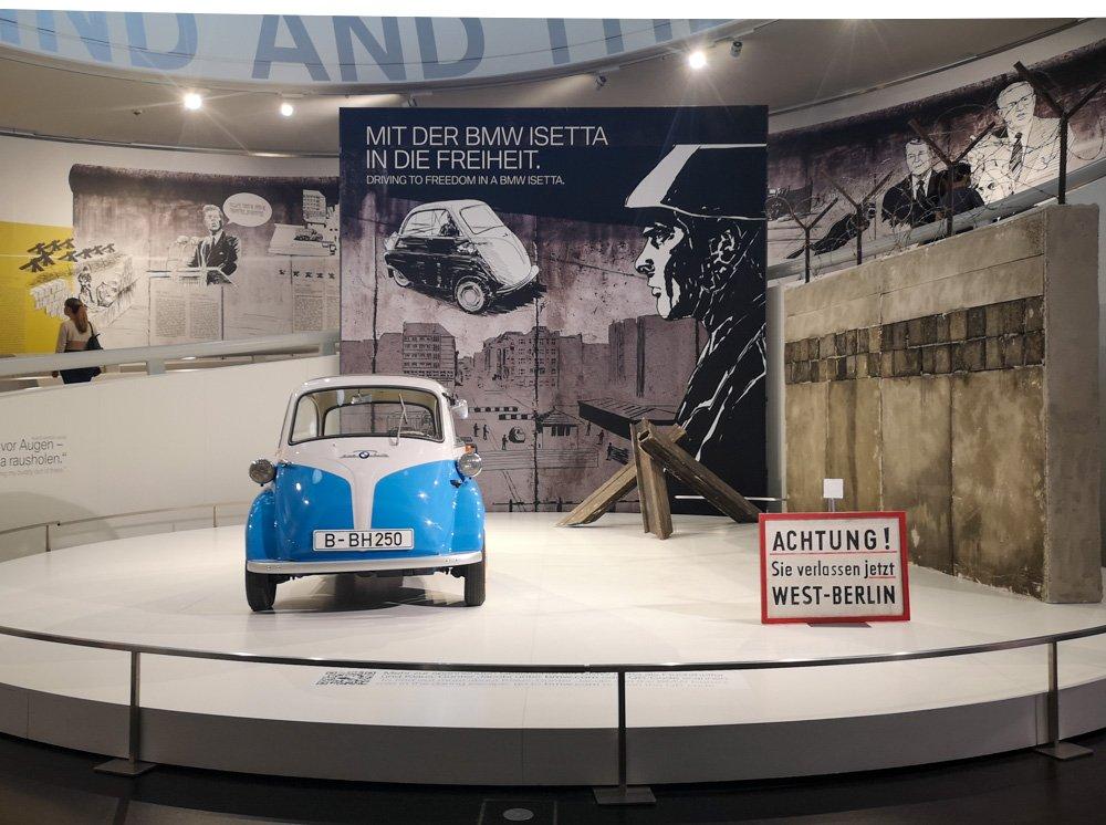 BMW Isetta nell'esposizione del Museo BMW di Monaco di Baviera per il trentennale della caduta del muro di Berlino, foto di Paola Bertoni