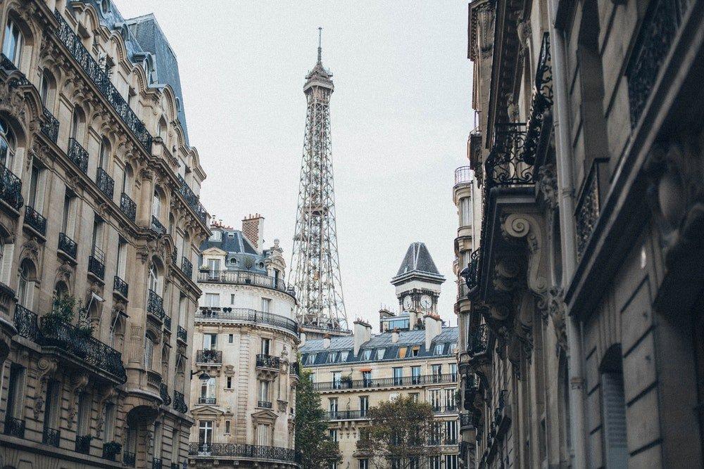 La Torre Eiffel vista dalle strade di Parigi, foto Elina Sazonova