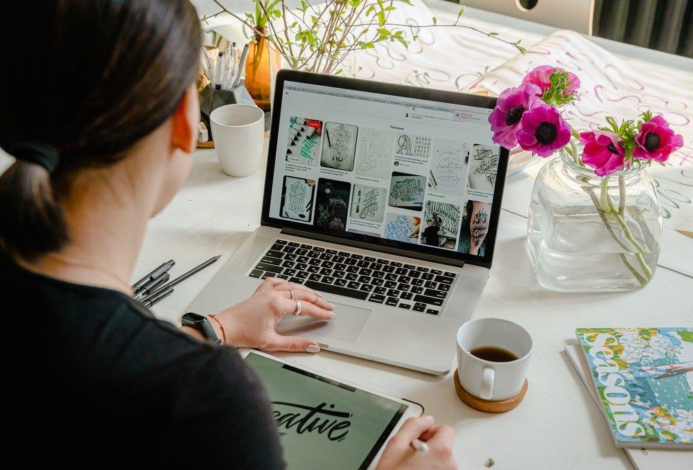 Ragazza che usa Pinterest, foto Anthony Shkraba