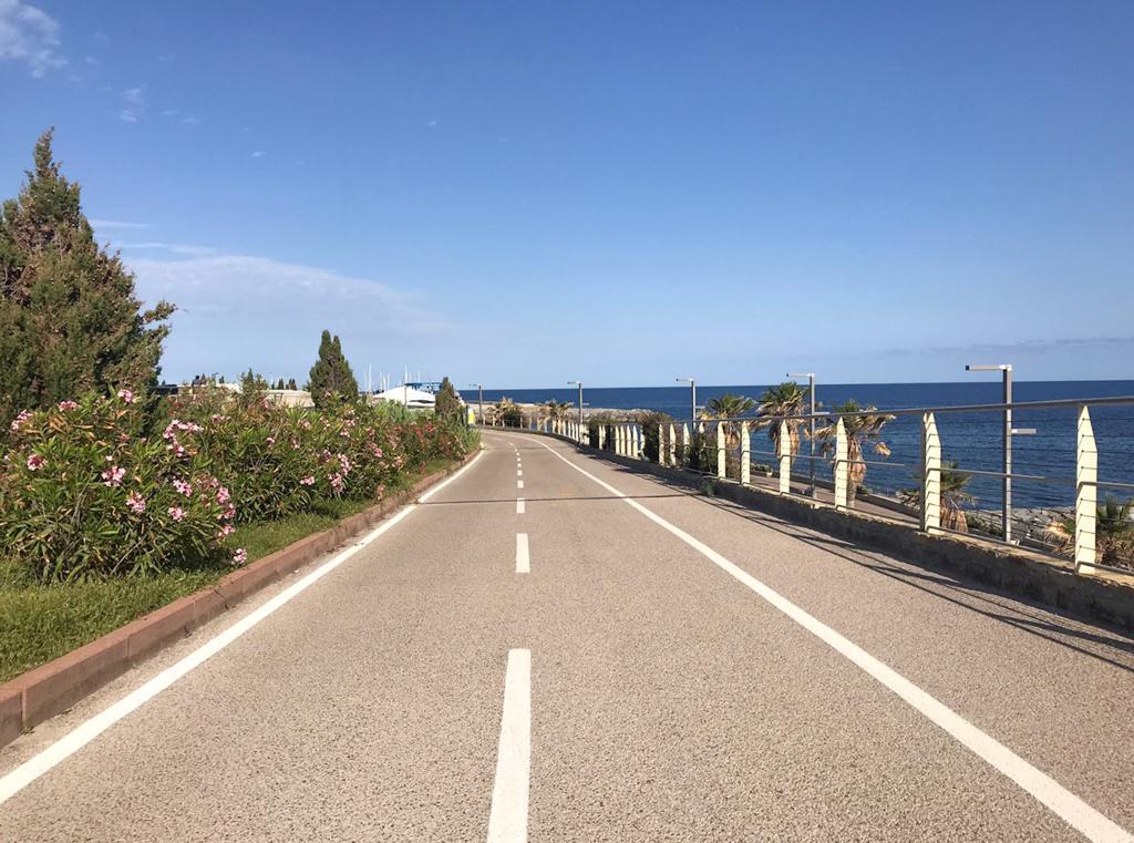 Strada asfaltata vicino al mare
