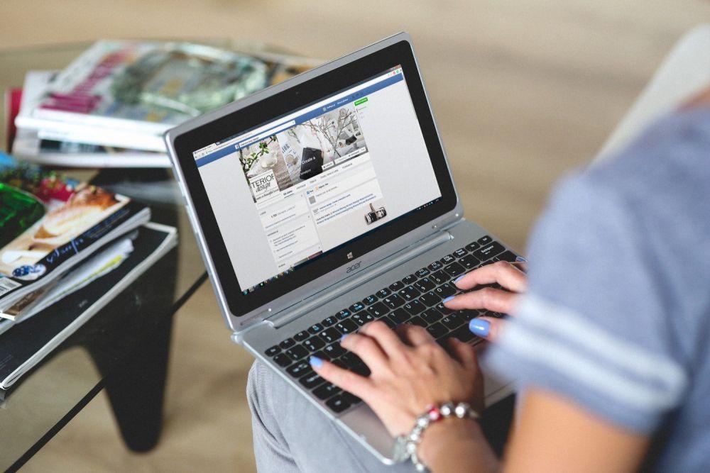 Blogger scrive su Facebook, foto di Kaboompics.com da Pexels