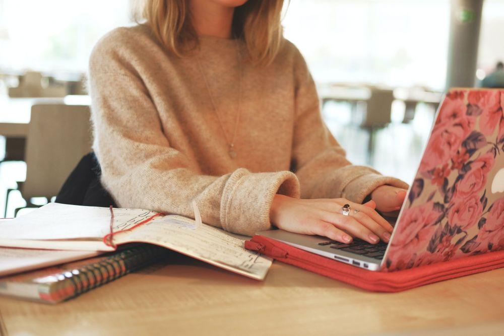 Blogger scrive sul computer portatile, foto di Caroline Feelgood da Unsplash