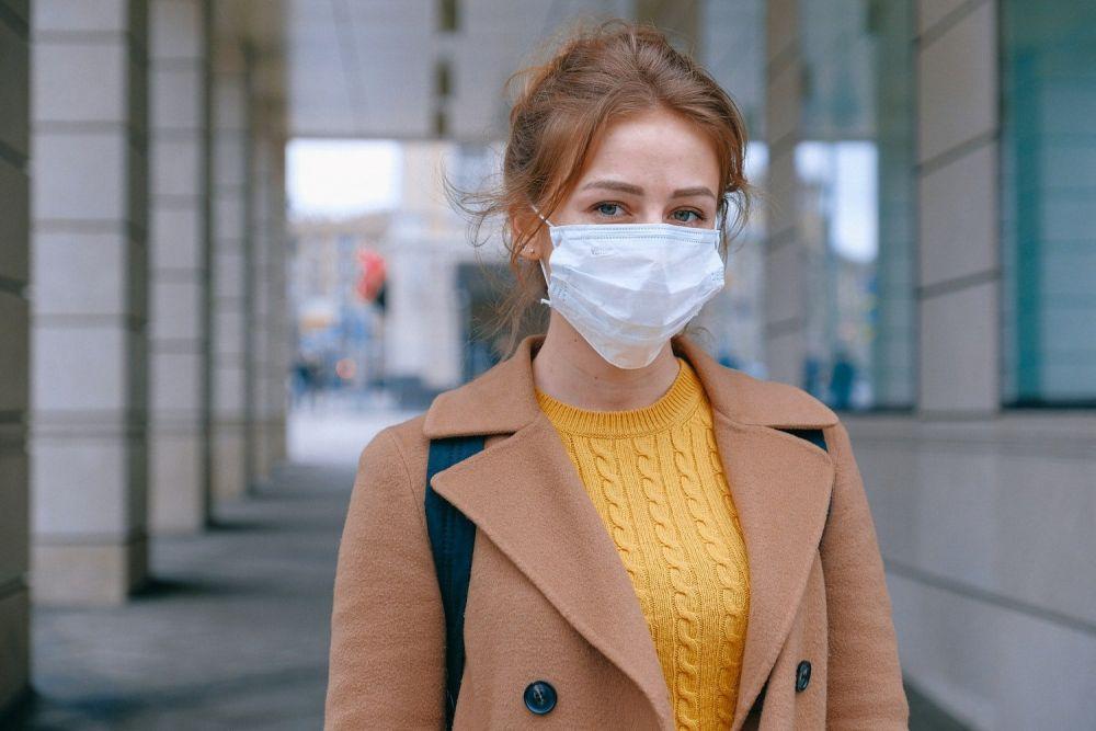 Ragazza in viaggio con mascherina anti coronavirus, immagine di Anna Shvets da Pexels