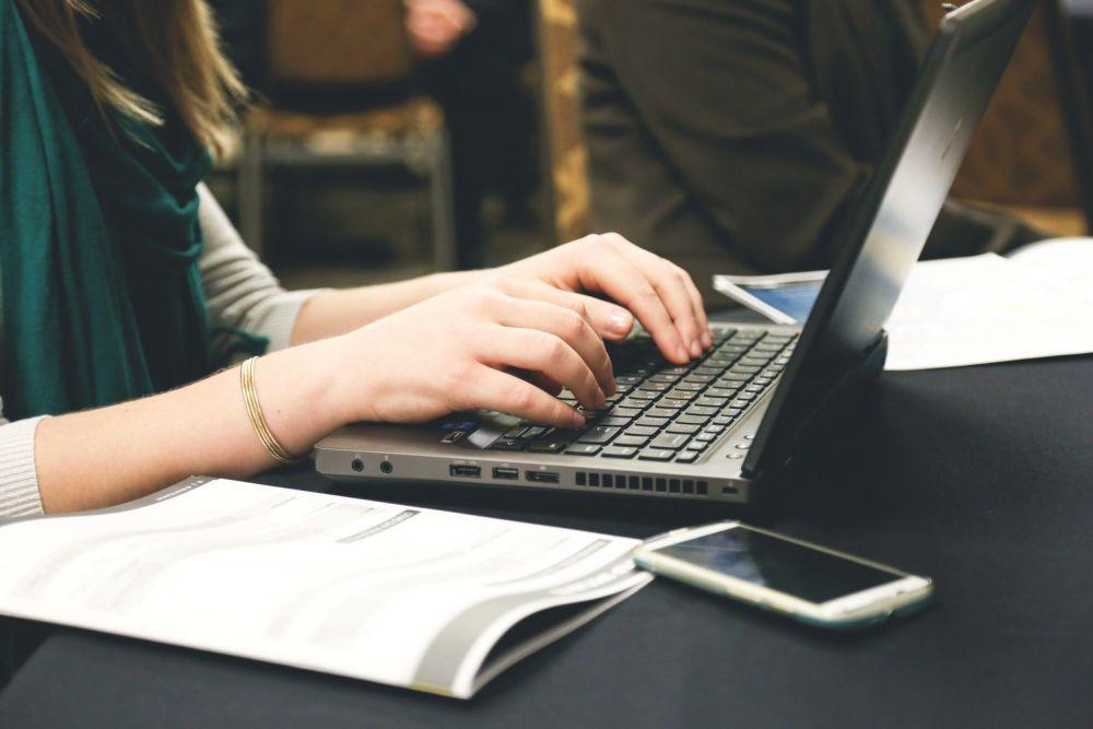 Ragazza che scrive un guest post al computer, foto di Startup Stock Photos da Pexels