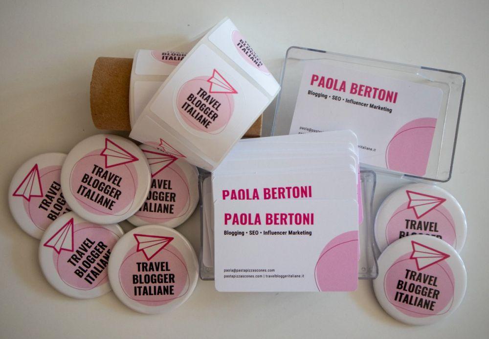 Spille, biglietti da visita ed etichette con logo Travel Blogger Italiane e Pasta Pizza Scones stampate su Wanapix