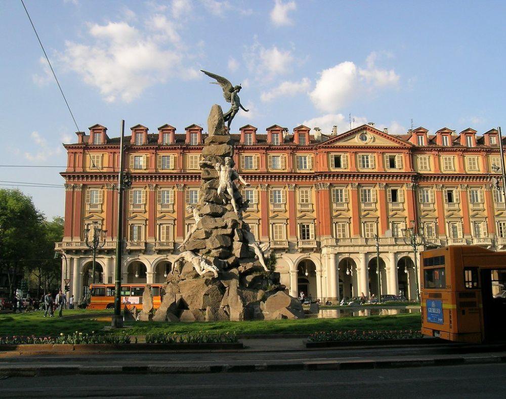 Fontana con angelo in piazza Statuto a Torino