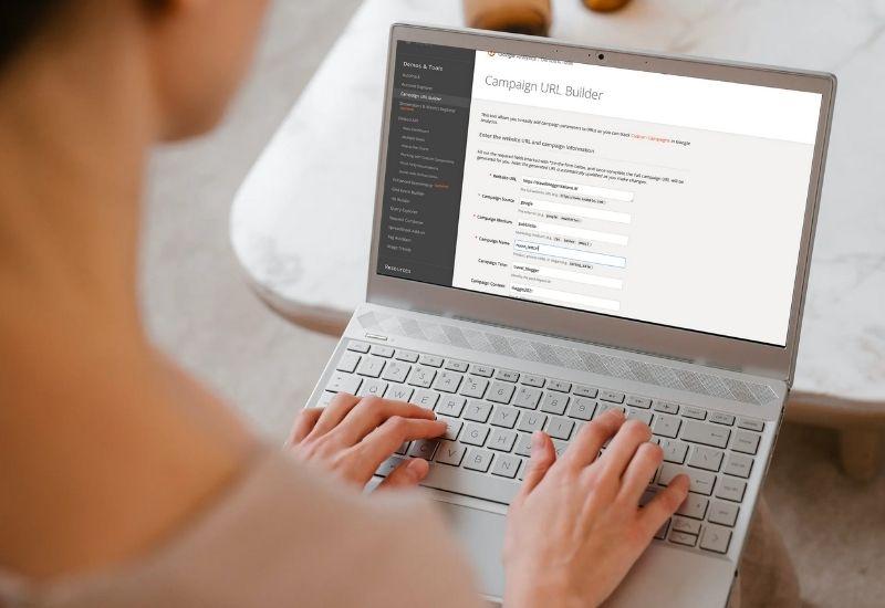 Blogger che utilizza lo strumento Campaign URL Builder di Google per creare URL personalizzate con i codici UTM