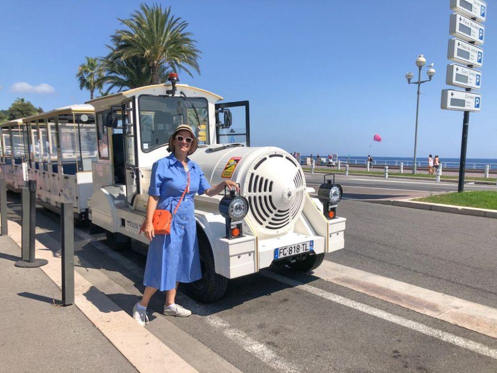 Mila Diani di Elisirdilungoviaggio di fronte al trenino turistico